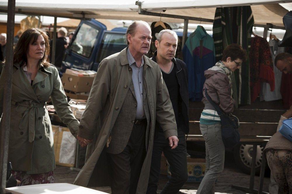 Bruno van Leeuwen (Peter Haber, Mi.) besucht mit seiner Frau Simone (Maja Maranow, l.) und seinem Kollegen Anton Gallo (Marcel Hensema, r.) einen Markt.