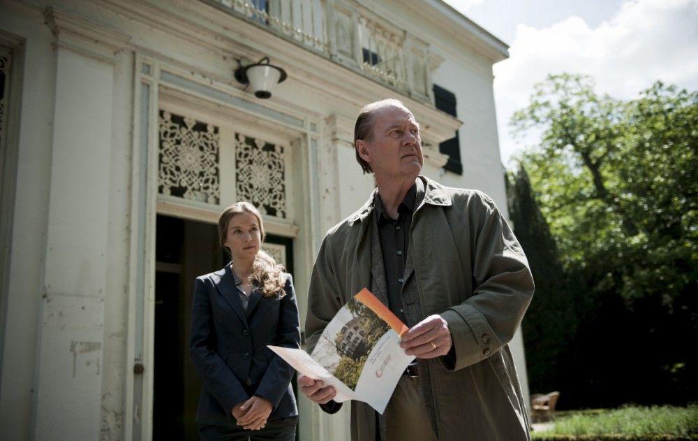 Bruno van Leeuwen (Peter Haber, r.) lässt sich von Dr. Ten Damme (Alexandra Schalaudek, l.) die Einrichtung eines Pflegeheims zeigen. Doch bringt er es nicht übers Herz, seine an Alzheimer erkrankte Frau in ein Heim zu geben.