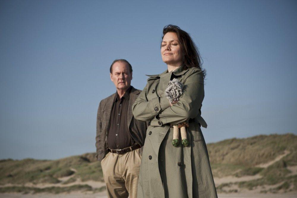 Simone van Leeuwen (Maja Maranow, r.) leidet an Alzheimer. Bruno van Leeuwen (Peter Haber, l.) fährt mit seiner kranken Frau ans Meer.