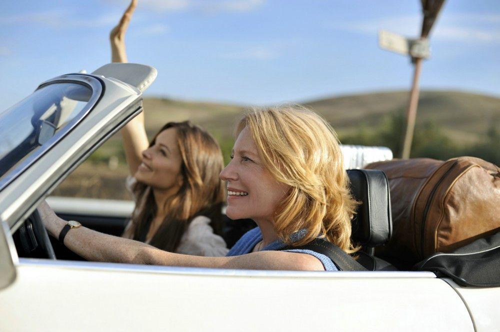 Braut Sara (Mina Tander, l.) und Mutter Ursula (Maren Kroymann, r.) auf dem Weg nach Süditalien...