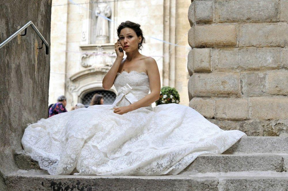 Das Desaster scheint perfekt: Sara (Mina Tander) wartet vor dem Traualtar vergeblich auf ihren Verlobten. Dieser ist lägst vor dem Hochzeits-Wirrwarr geflohen...
