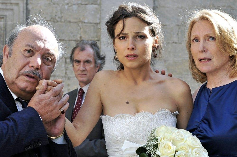 Brautvater Antonio (Lino Banfi) ist sprachlos, Sara (Mina Tander, m.) und Mutter Ursula (Maren Kroymann, r.) sind geschockt: Jan will nicht mehr in die italienische Großfamilie einheiraten und flüchtet...
