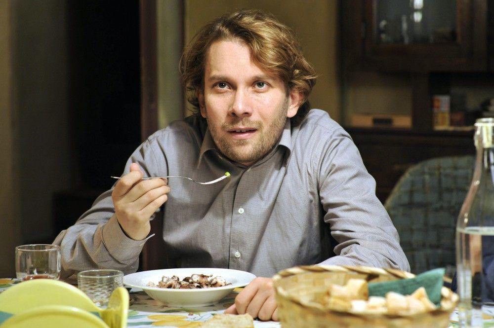 Jan (Christian Ulmen) kämpft um die Gunst seines zukünftigen Schwiegervaters und der angeheirateten Familie...