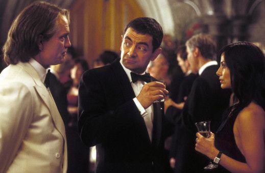 Sauvage (John Malkovich, l.) zeigt Interesse an English (Rowan Atkinson) und Lorna (Natalie Imbruglia), die seine finsteren Pläne stoppen sollen. (Darsteller im Hintergrund nicht bekannt.)