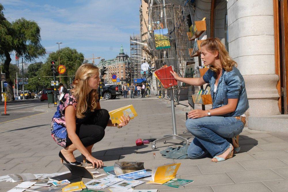Julia (Elzemarieke de Voos, rechts) betreibt zusammen mit Tina (Nina Eichinger, links) ein kleines Reisebüro in Stockholm.