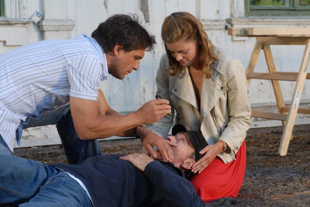 Julia (Elzemarieke de Vos) und Henrik (Robert Seeliger) kümmern sich um den Neuinsulaner Peter (Michael Mendl, liegend), der beim Renovieren vom Dach gefallen ist.