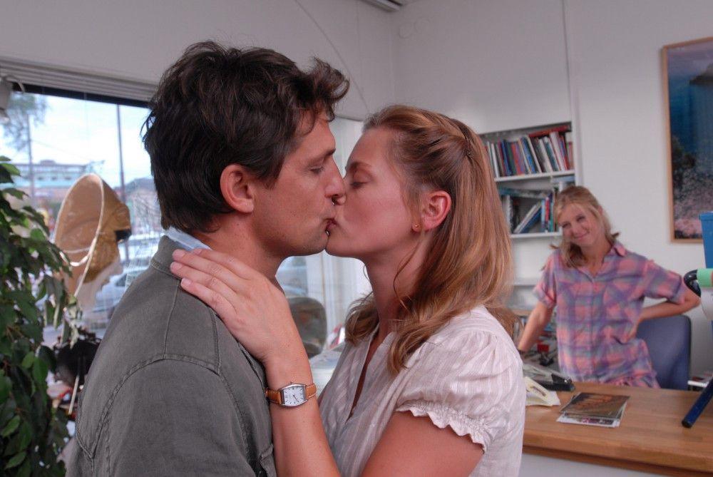Julia (Elzemarieke de Vos, Mitte) verliebt sich wider Willen in den attraktiven Arzt Henrik (Robert Seeliger). Tina (Nina Eichinger, rechts) freut sich für ihre Freundin.