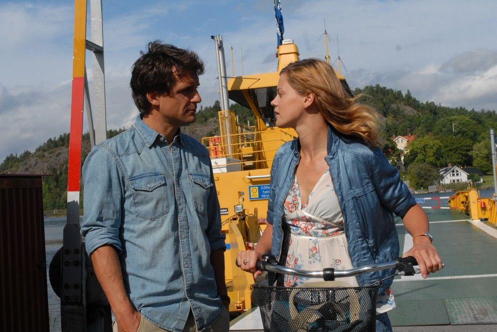 Wie jeden Sommer fährt Julia Helström (Elzemarieke de Vos) zu ihrer Tante Elsa, um ihr in deren Inselcafe auszuhelfen. Auf der Fähre trifft sie den attraktiven Arzt Henrik (Robert Seeliger).