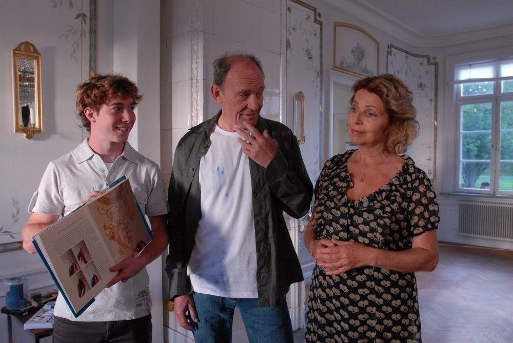 Der Neu-Insulaner Peter (Michael Mendl, Mitte) sucht den Rat von Elsa (Michaela May, rechts) und Lasse (Constantin Gastmann, links) bei der Renovierung seines neu erworbenen hauses.