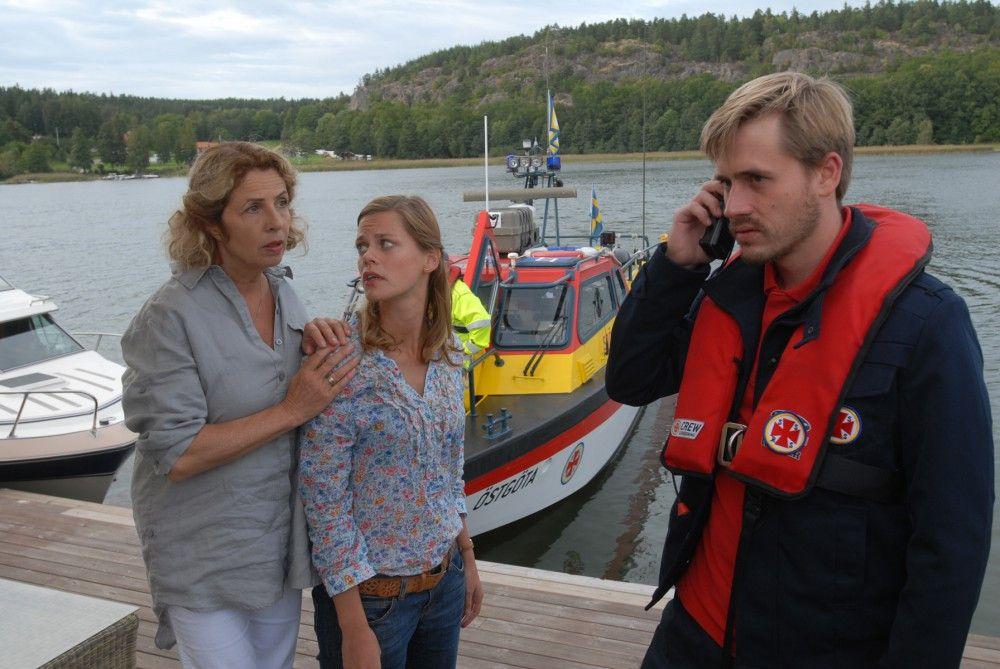 Elsa (Michaela May, links) und Julia (Elzemarieke de Vos, Mitte) machen sich Sorgen um Peter und Henrik: Beide sind mit dem Boot von der Insel aufgebrochen und auf See von einem Sturm überrascht worden. Die Küstenwache ist alarmiert.