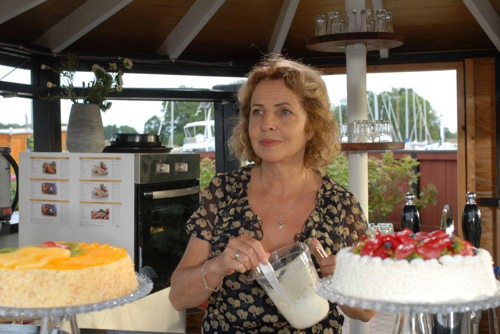 Elsa (Michaela May) betreibt ein Cafe für Feriengäste. Sie freut sich auf ihre Nichte Julia, die wie jeden Sommer auf die Schäreninsel kommt.