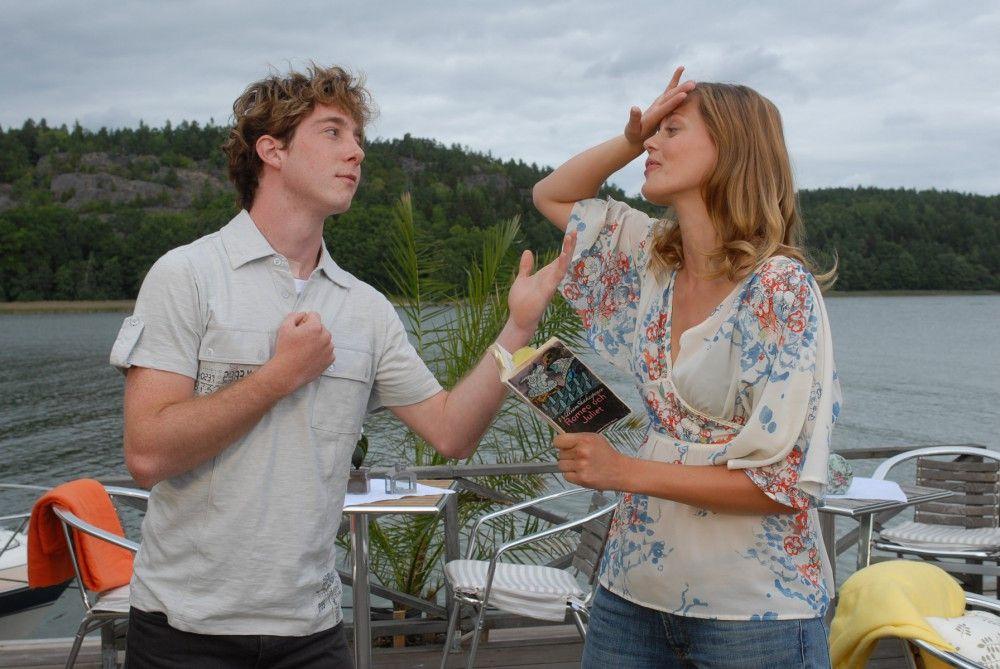 """""""Romeo, oh Romeo!"""" Julia (Elzemarieke de Vos, Mitte) rezitiert zusammen mit Lasse (Constantin Gassmann) eine Szene aus Shakespeares """"Romeo und Julia"""". Dabei merkt sie, dass der Küchenlehrling im Inselcafe ihrer Tante ein begnadeter Schauspieler ist ..."""