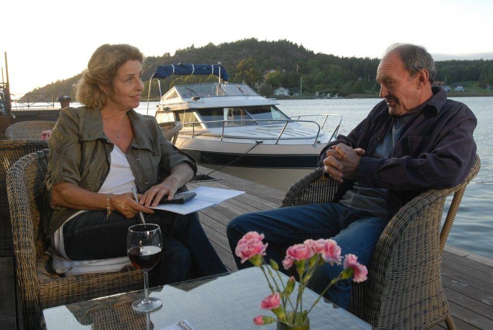 Elsa (Michaela may) freut sich über die Aufmerksamkeit des Neu-Insulaners Peter (Michael Mendl). Doch ist die Cafebetreiberin bereit für eine neue Liebe?