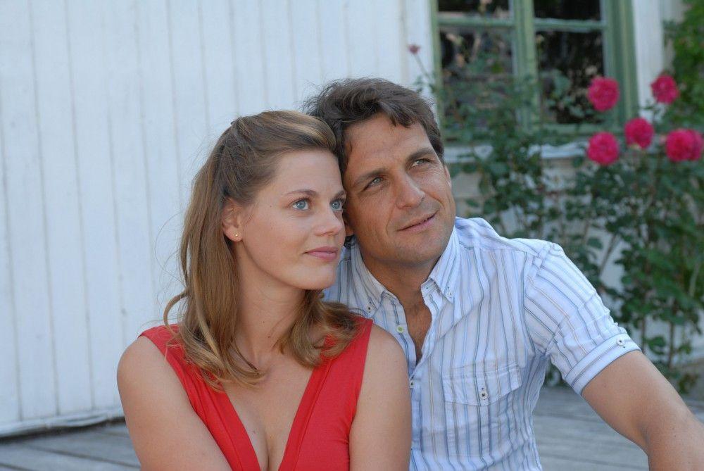 """Elzemarieke de Vos als """"Julia Helström"""" und Robert Seeliger als """"Henrik Lindberg"""" in der neuen Inga-Lindström-Folge """"Zwei Ärzte und die Liebe"""" im ZDF."""
