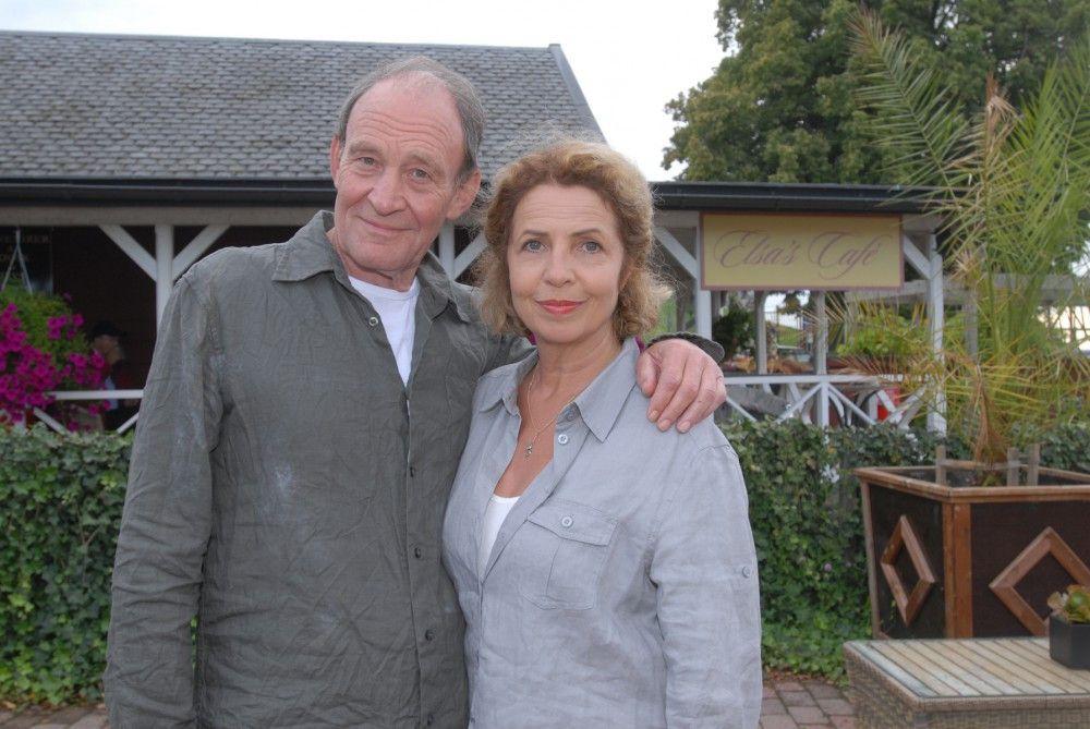 """Michaela May als """"Elsa Helström"""" und Michael Mendl als """"Peter Garpendahl"""" in der neuen Inga-Lindström-Folge """"Zwei Ärzte und die Liebe"""" im ZDF."""