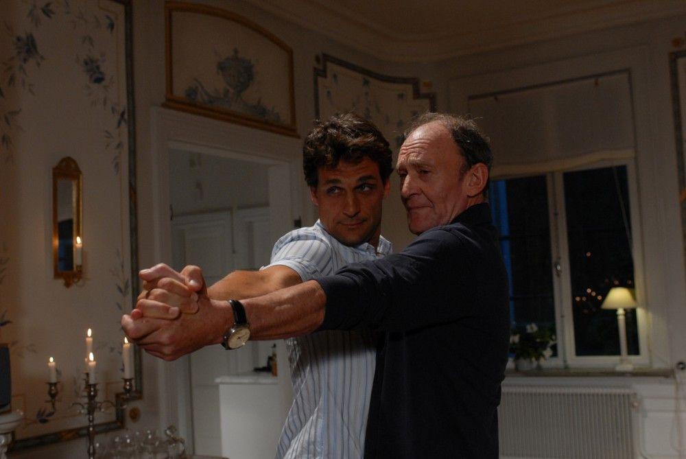 Peter (Michael Mendl, rechts) kann nicht tanzen. Doch da seine Angebetete leidenschaftlich gerne Tango tanzt, bittet er Henrik (Robert Seeliger, links), ihm ein paar Schritte zu zeigen.