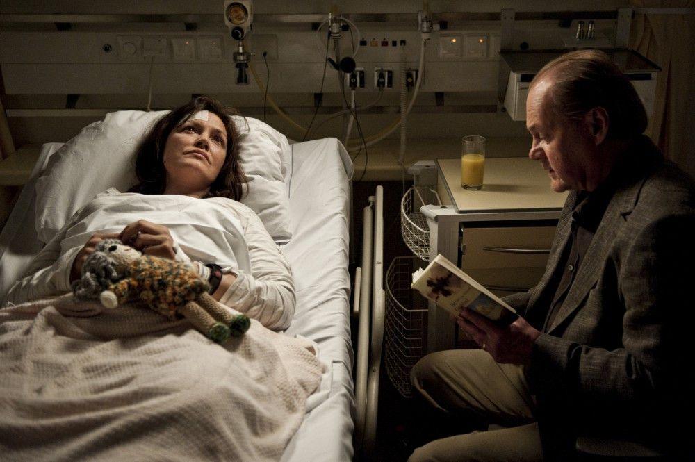 Im Krankenhaus: Bruno van Leeuwen (Peter Haber, r.) versucht unerbittlich gegen die fortschreitende Alzheimererkrankung seiner Frau Simone (Maja Maranow, l.) anzukämpfen.