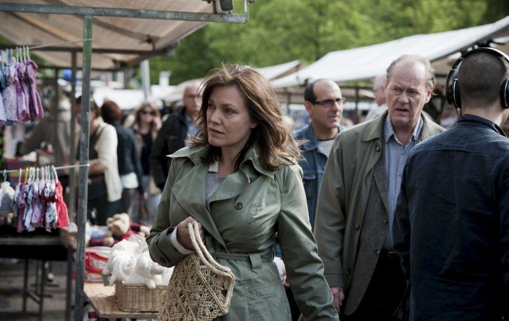 Bruno van Leeuwen (Peter Haber, r.) besucht mit seiner Frau Simone (Maja Maranow, .l.) einen Markt.