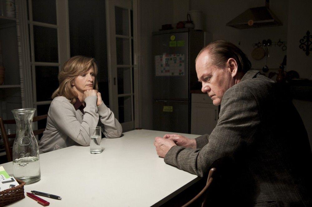 Ellen (Johanna Gastdorf, l.) rät Bruno van Leeuwen (Peter Haber, r.) einen Pflegeplatz für seine an Alzheimer erkrankte Frau zu suchen.