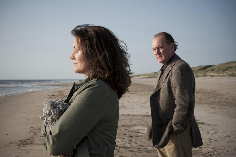 Bruno van Leeuwen (Peter Haber, r.) fährt mit seiner kranken Frau ans Meer: Simone van Leeuwen (Maja Maranow, l.) leidet an Alzheimer. Sie lebt in ihrer eigenen Welt, die Tag für Tag kindlicher und kleiner wird.