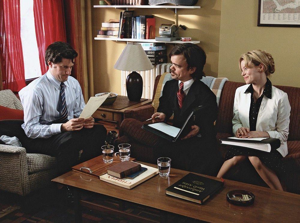 Elliot (Michael Showalter, li.) geht mit seiner Verlobten Caroline (Elizabeth Banks) und dem Hochzeitsplaner Benson (Peter Dinklage) die Trauungsfeierlichkeiten durch.