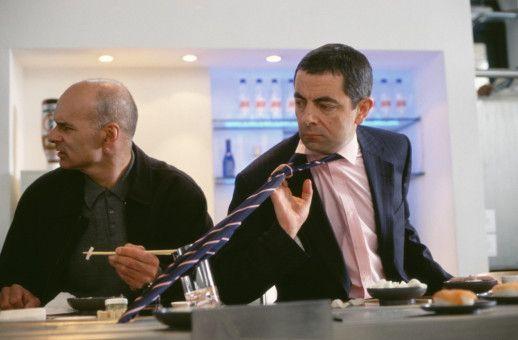 Sushi-Restaurant, die zweite. Die Probleme für English (Rowan Atkinson, r.) beginnen. (Darsteller daneben nicht bekannt, aber er solte besser Deckung suchen.)