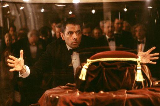 """Wer hat die Krone der Königin aus dem Tower gestohlen? War es die """"französische Kröte""""? Entsetzen bei Johnny English (Rowan Atkinson).  (Darsteller im Hintergrund nicht bekannt.)"""