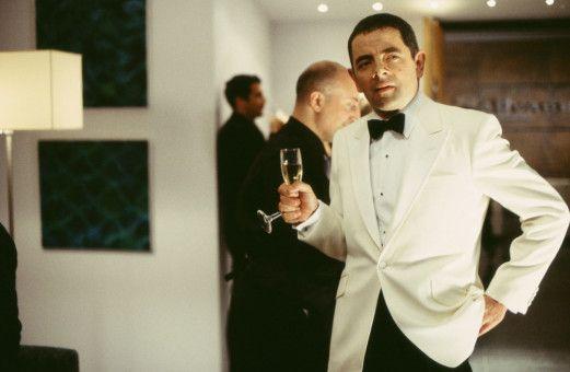 Uups, das Glas ist hin: Johnny English (Rowan Atkinson), der Agent mit mehr Glück als Verstand. (Darsteller hinten nicht bekannt.)