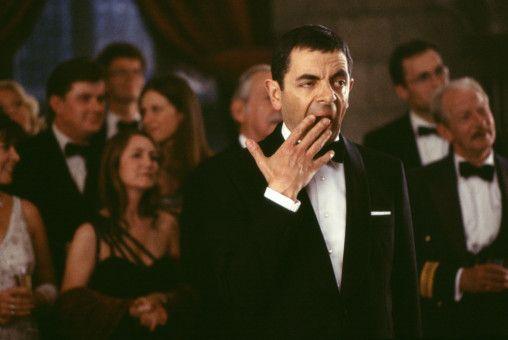 Ja, manche Partys sind zum Gähnen, doch Johnny English (Rowan Atkinson, M.) ist im Dienst und kann sich keine Auszeit nehmen, denn England ist in Gefahr! (Darsteller drum herum nicht bekannt.)