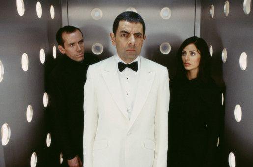 English (Rowan Atkinson, M.) mit seinem Team: Lorna (Natalie Imbruglia) und Englishs treuem Assitenten  Bough (Ben Miller), der dem Superspion in mancher misslichen Lage treu zur Seite stand.