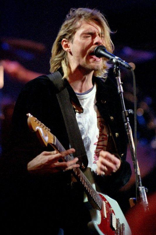 """Kurt Cobain, Frontmann der Band """"Nirvana"""" erschoß sich 1994 mit einem Gewehr: Die Botschaft: """"It´s better to burn out than to fade away"""". - Hier bei MTV´s Live 1993."""