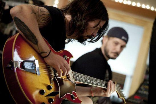 Ein Dokumentarfilm von Rock-Superstar Dave Grohl (Nirvana, Foo Fighters, l). Dies ist die Geschichte des Tonstudios in Los Angeles, das viele der größten Rock-Alben aller Zeiten hervorgebracht hat. (James Brown, r)