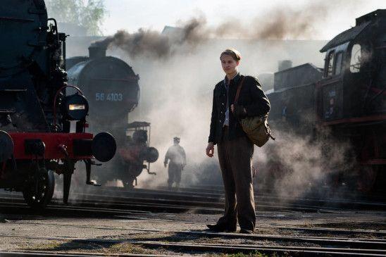Sommer 1943, die deutsche Sicherheitspolizei kontrolliert das besetzte Ostpolen. Romek (Filip Piotrowicz) ist Heizer auf einer Rangierlok und träumt davon, als Lokomotivführer auf der Warschau-Strecke zu arbeiten.