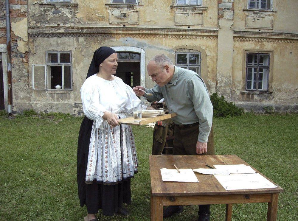 Kommandant (Petr Koutecky) und Pächtersfrau (Helena Brabcova).