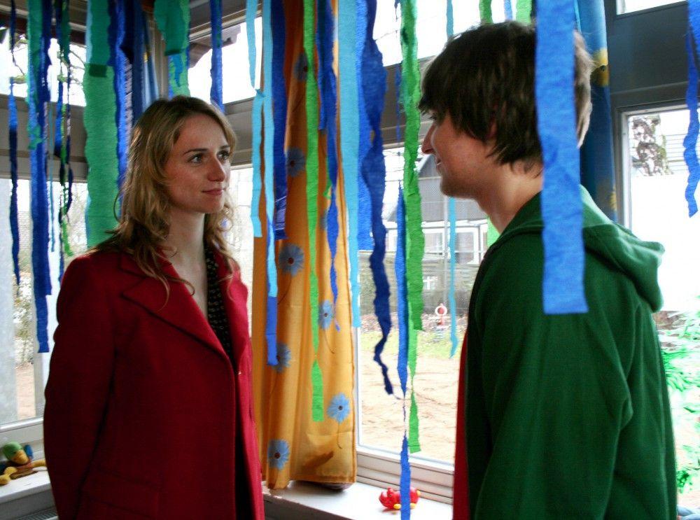Friederike (Simone- Adrienne Kern) und Zivi Arndt (Alexander Merbeth).