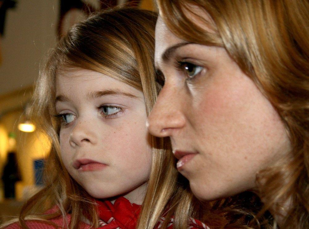 Friederike (Simone-Adrienne Kern) mit ihrer Tochter Magda (Julie Schuldt).