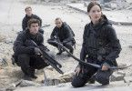 Nachdem sie zum Gesicht der Rebellion ernannt wurde, bricht Katniss Everdeen zusammen mit Gale, Peeta, Finnick und einer Einsatztruppe aus Distrikt 13 ins Kapitol auf.
