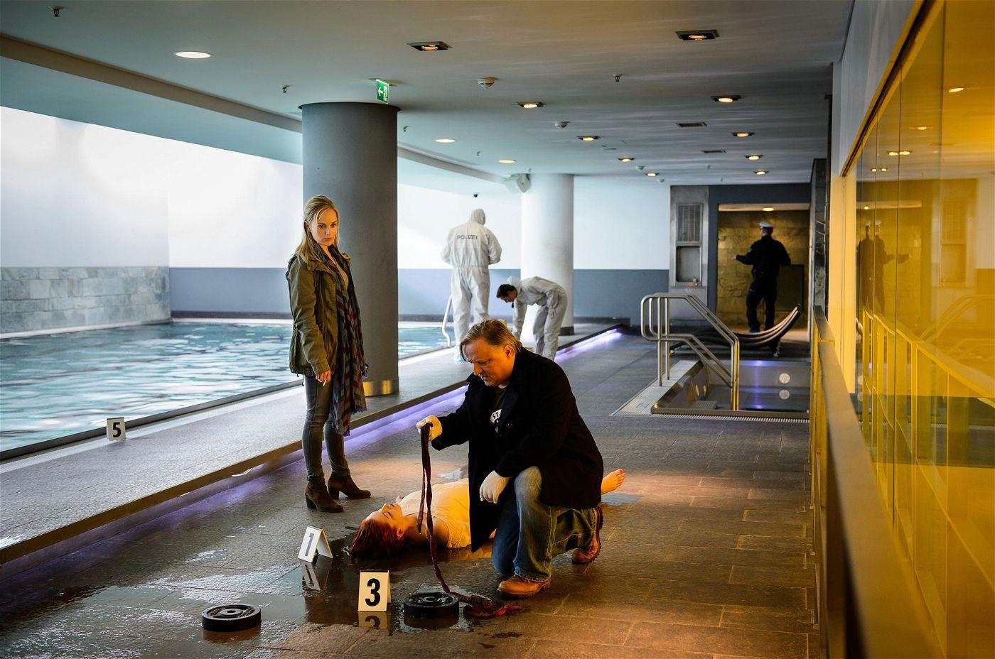 """Zuvor gab's eine Tote: Mona Lux wurde tot am Boden des Schwimmbeckens der Nervenheilanstalt """"Schwanensee"""" gefunden."""