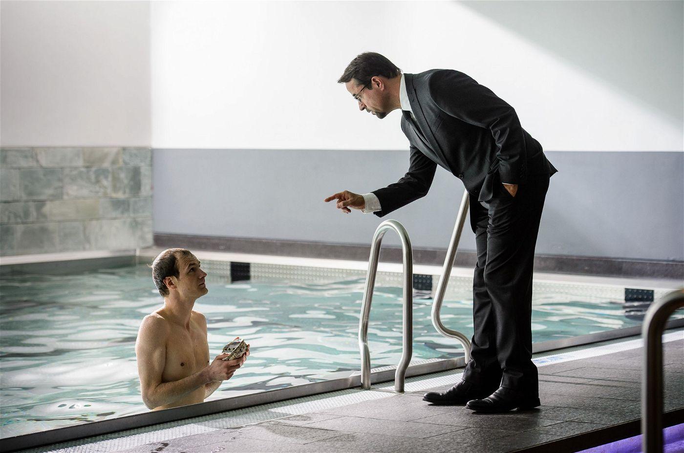 Angefangen bei dem Autisten Andreas Kullmann (Robert Gwisdek), der das Schwimmbad benutzt hat, während die Tote bereits in ihrem nassen Grab lag.