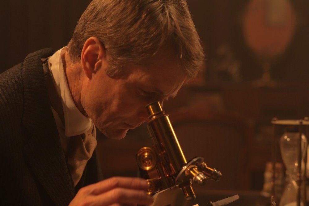 """Obwohl """"Sherlock Holmes"""", entgegen der Annahme vieler Leser, nur eine Kunstfigur des Autors und Mediziners Sir Arthur Connan Doyle ist, beeinflusste er die heutige Kriminaltechnik maßgeblich. (Reenactment)"""