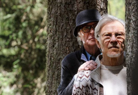 Die alten Freunde Fred (Michael Caine) und Mick (Harvey Keitel) teilen in den Bergen zwar ihr idyllisches Feriendomizil, ein elegantes Wellnesshotel mit fast schon magischer Ausstrahlung, haben aber was ihr Alterswerk betrifft komplett verschiedene Vorstellungen.