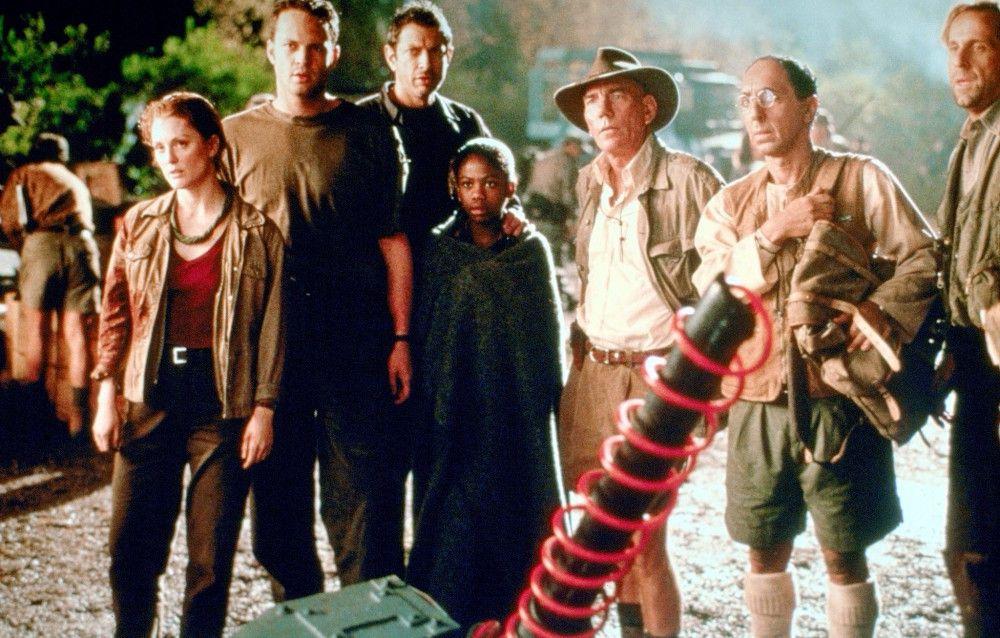 """urassic Park"""", Die Saurier haben überlebt! Auf der Insel Sorna wurden wieder einige gefährliche Exemplare gesichtet. Sofort machen sich Ian Malcolm und Freundin Sarah mit ihrem Team auf den Weg, um das Verhalten der Urechsen zu studieren. Dort ist Großwildjäger Roland Tembo drauf und dran, einen  T-Rex einzufangen. Denn der neue 'InGen'-Boss Peter Ludlow will mitten in San Diego einen Monster-Park eröffnen.  Eine ungeheure Schiffsladung stürzt die Stadt in ein Desaster ungeahnten Ausmaßes.Im Bild (v.l.n.r.): Julianne Moore, Vince Vaughn, Jeff Goldblum, Vanessa Lee Chester, Pete Postlethwaite, Arlis Howard, Peter Stormare."""