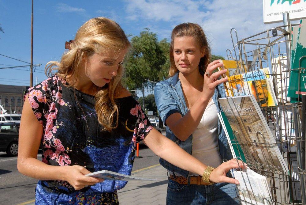 Julia (Elzemarieke de Voos) betreibt zusammen mit Tina (Nina Eichinger) ein kleines Reisebüro in Stockholm.