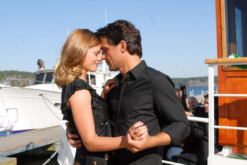 Während ihr Verlobter Magnus auf einem Ärzte-Seminar in Südfrankreich weilt, verliebt sich Julia (Elzemarieke de Vos) in den attraktiven Arzt Henrik (Robert Seeliger), der für Magnus die Praxisvertretung übernomen hat.