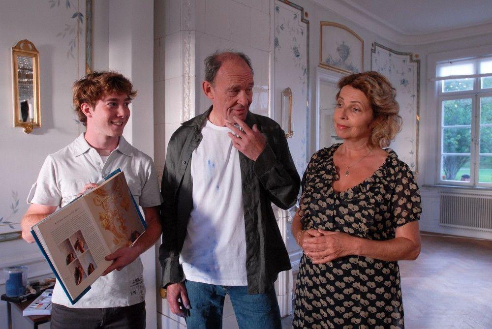 Der Neu-Insulaner Peter (Michael Mendl) sucht den Rat von Elsa (Michaela May) und Lasse (Constantin Gastmann) bei der Renovierung seines neu erworbenen hauses.