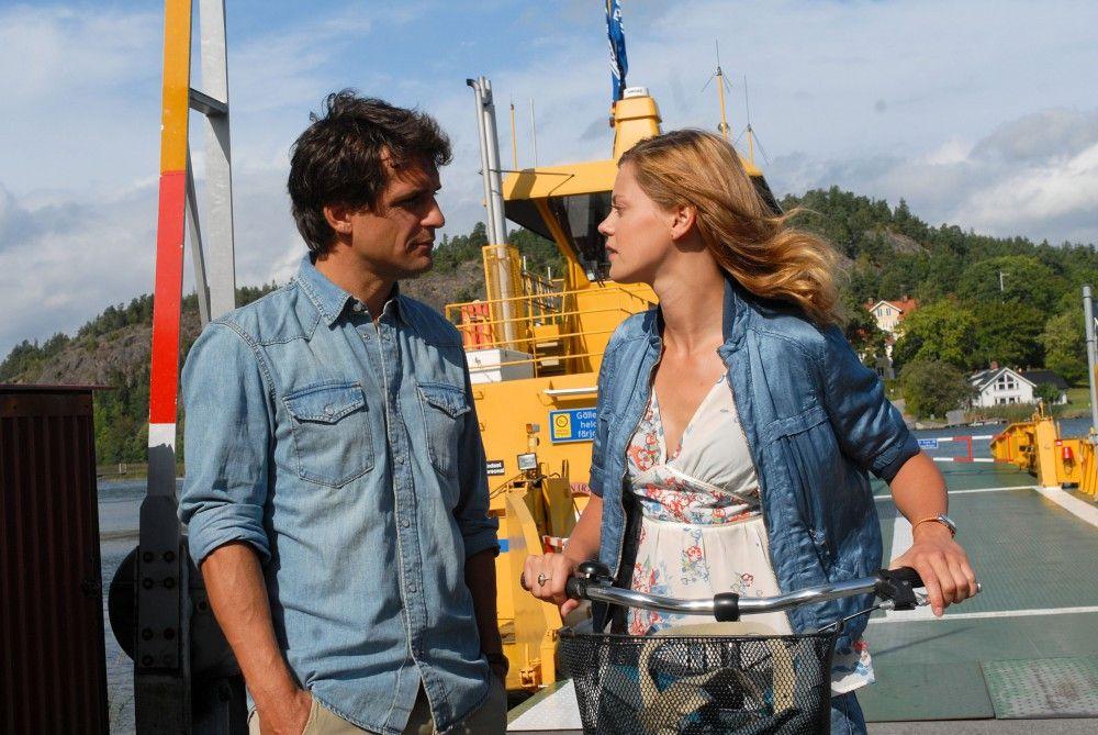 Wie jeden Sommer führt Julia Helström (Elzemarieke de Vos) zu ihrer Tante Elsa, um ihr in deren Inselcafe auszuhelfen. Auf der Fähre trifft sie den attraktiven Arzt Henrik (Robert Seeliger).