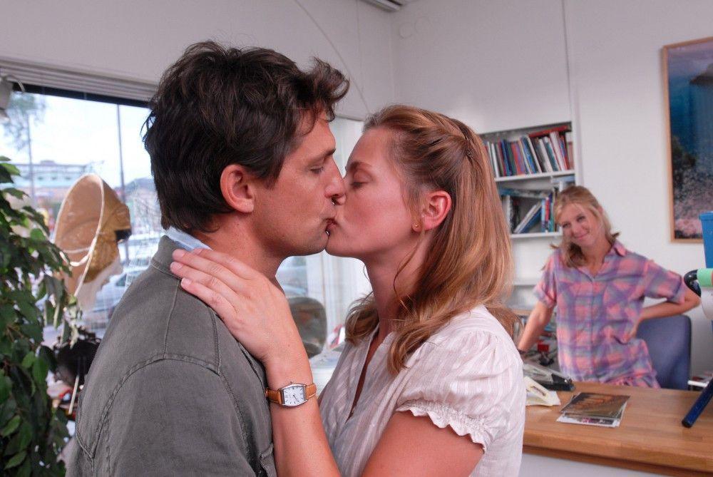 Julia (Elzemarieke de Vos) verliebt sich wider Willen in den attraktiven Arzt Henrik (Robert Seeliger). Tina (Nina Eichinger) freut sich für ihre Freundin.