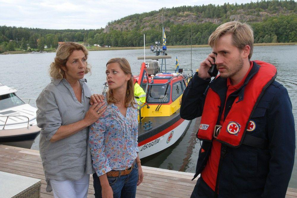 Elsa (Michaela May) und Julia (Elzemarieke de Vos) machen sich Sorgen um Peter und Henrik: Beide sind mit dem Boot von der Insel aufgebrochen und auf See von einem Sturm überrascht worden. Die Küstenwache ist alarmiert.