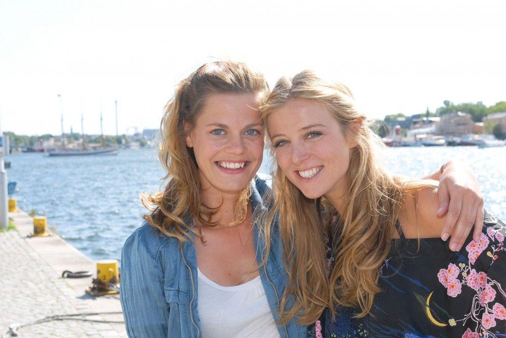 Julia (Elzemarieke de Voos) und Tina (Nina Eichinger).