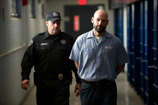 Ben Day (COREY STOLL) im Gefängnis